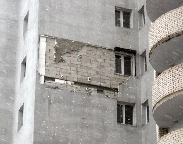 Обшивку дома (из пенопласта) сорвало порывами ветра