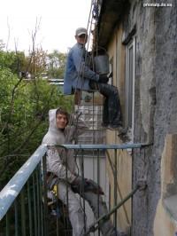 Удаление разрушенного бетона стены, укрепление сеткой