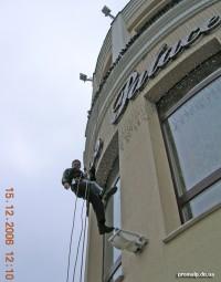 Вывешивание гирлянд на фасаде гостиницы, Донецк - промышленный альпинизм