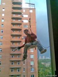 Альпинист выполняет высотные работы
